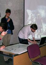 Фотография с КомМиссии 2009: Grave Digger и Swamp_Dog готовятся к проведению лекции.